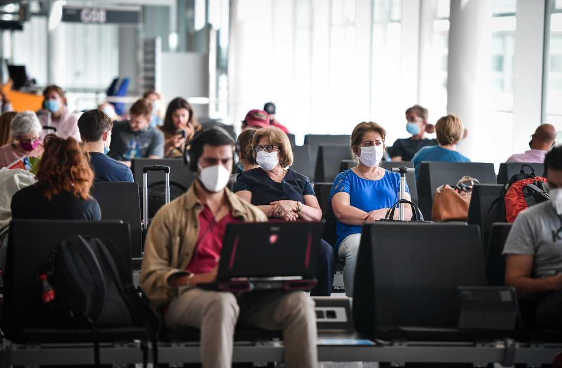 Resenärer med munskydd på Münchens flygplats.