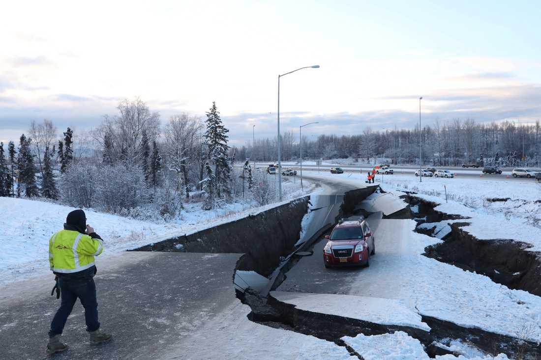 En kollapsad väg nära flygplatsen i Anchorage, Alaska.