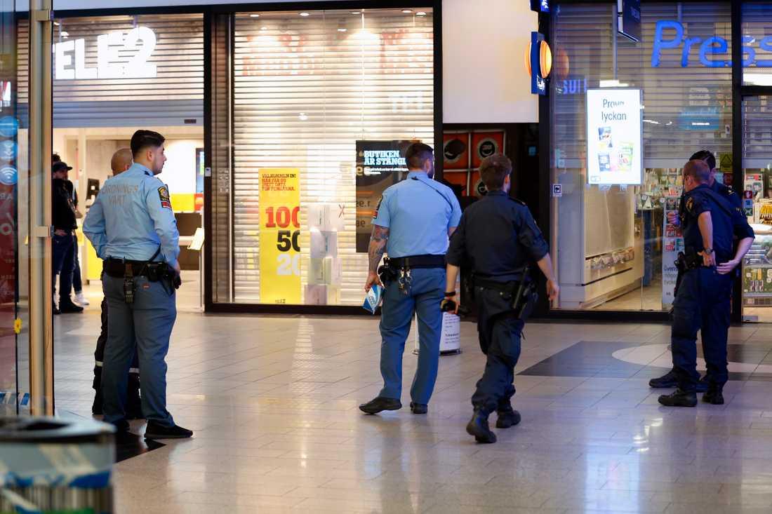 Beväpnade rånare tog sig under kvällen in i Kista galleria på en moped.
