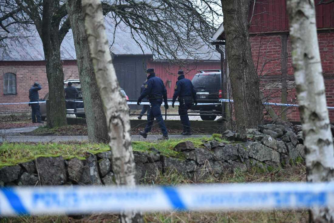 Polis gör ett tillslag på en gård utanför Hässleholm efter en explosion på Hässleholms Tekniska skola som inträffade före jul förra året. En man i 20-årsåldern greps och var inledningsvis misstänkt för terrorbrott. Arkivbild.