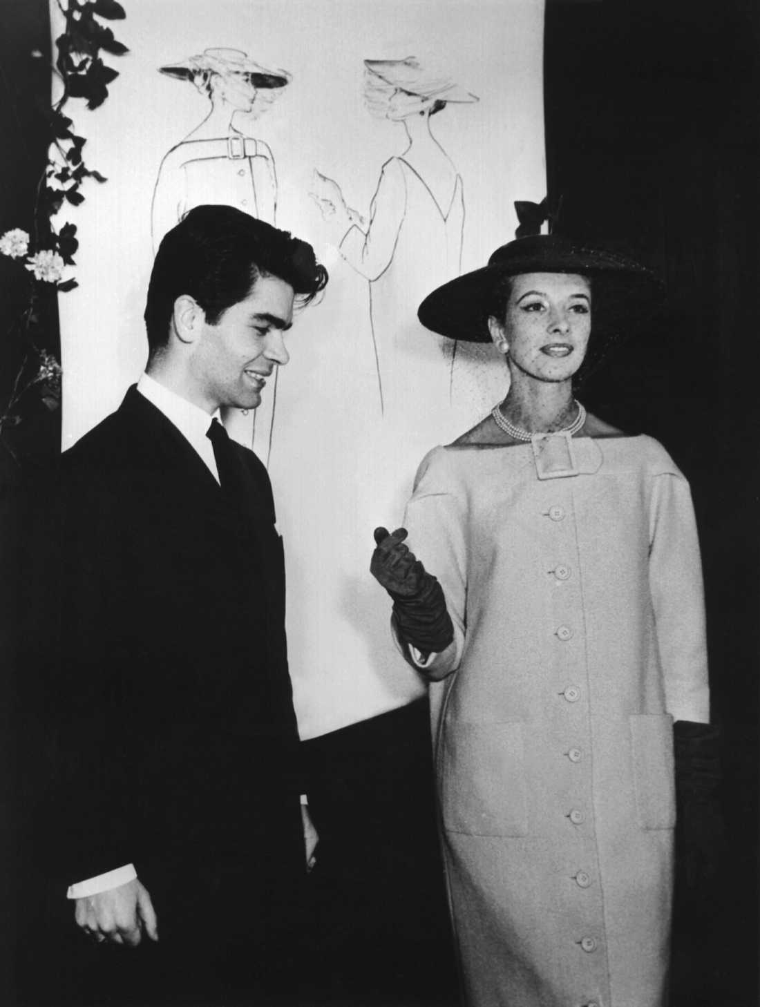 Karl Lagerfeld med en okänd modell 1953 i Tyskland.