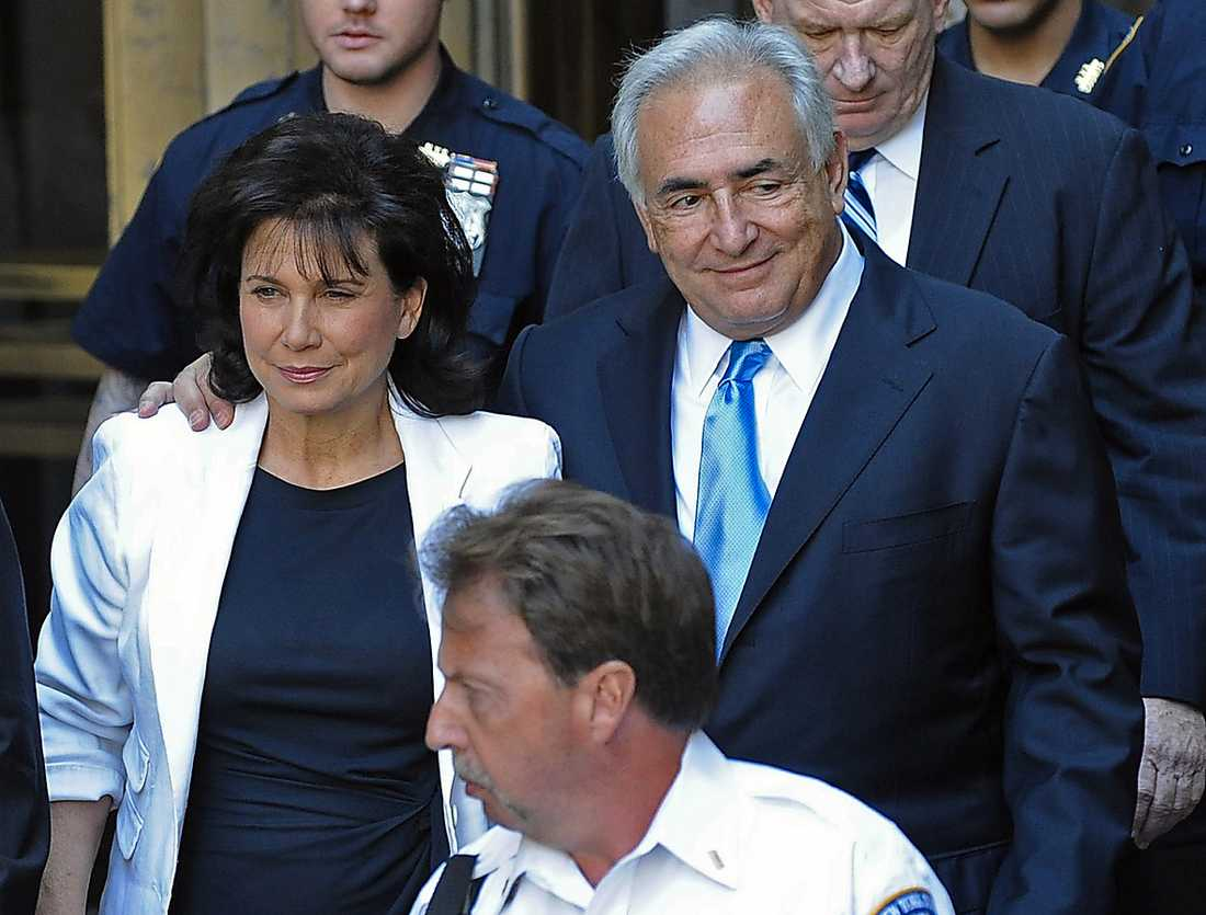 Hustrun Anne Sinclair stod tappert vid sin mans sida under våldtäktsåtalet mot honom, men nu har hon till slut valt att ändå seperera från Dominique Strauss-Kahn.