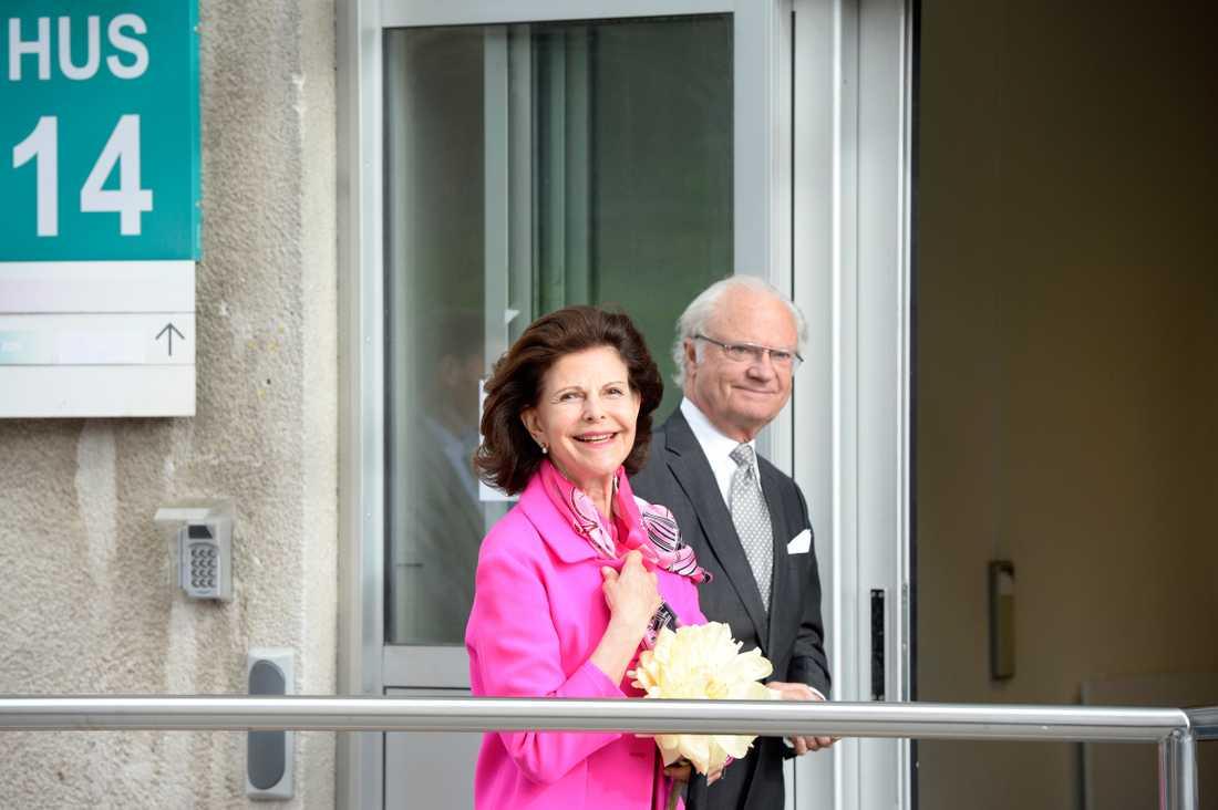 Drottning Silvia och kungen besöker sjukhuset efter förlossningen.