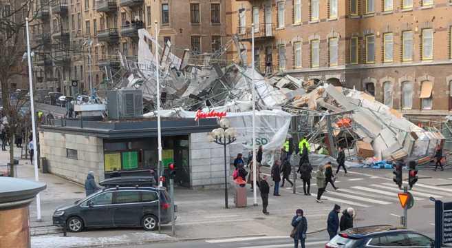 En stor byggnadställning på Avenyn i Göteborg rasade på tisdagseftermiddagen