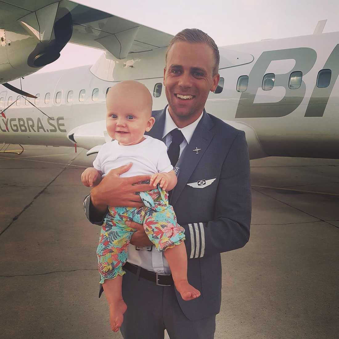 Marcus med sin  guddotter Emilia.