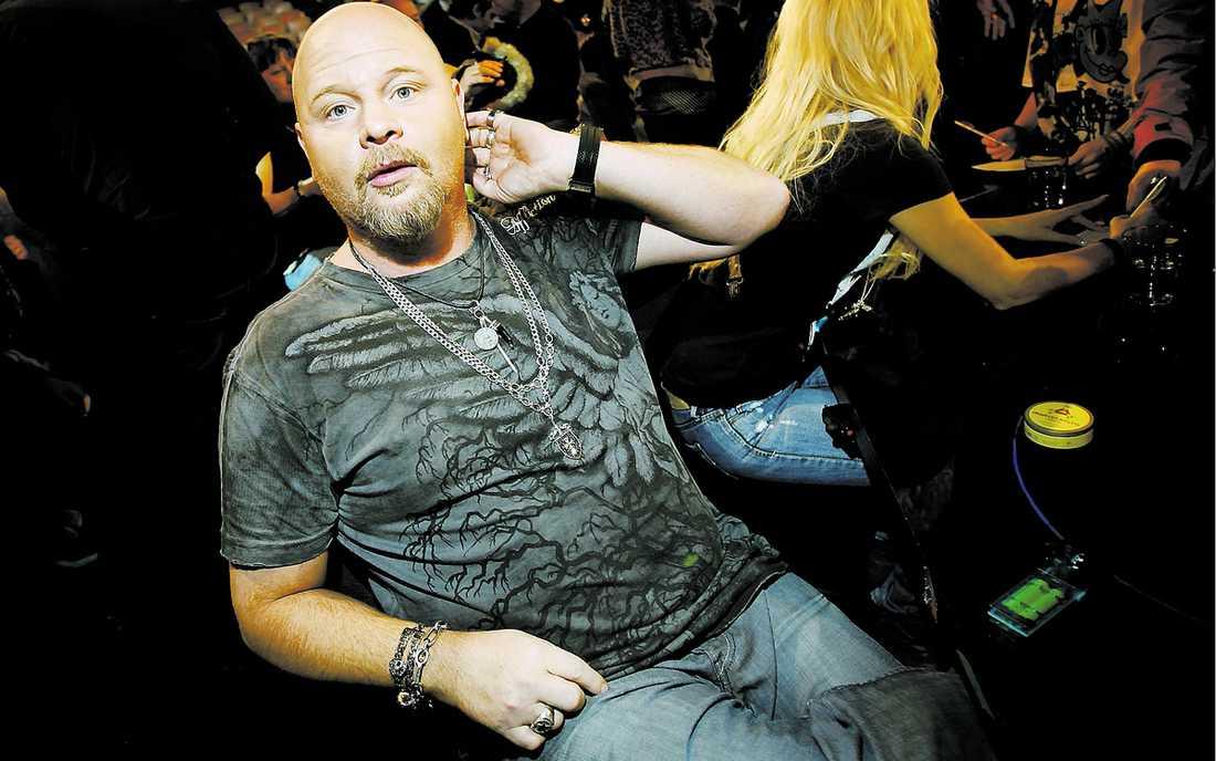 """Sony BMG släppte Lars Eriksson – och Anders Bagge var snabb att skriva kontrakt med honom. """"Det känns jätteroligt"""", säger Lars."""