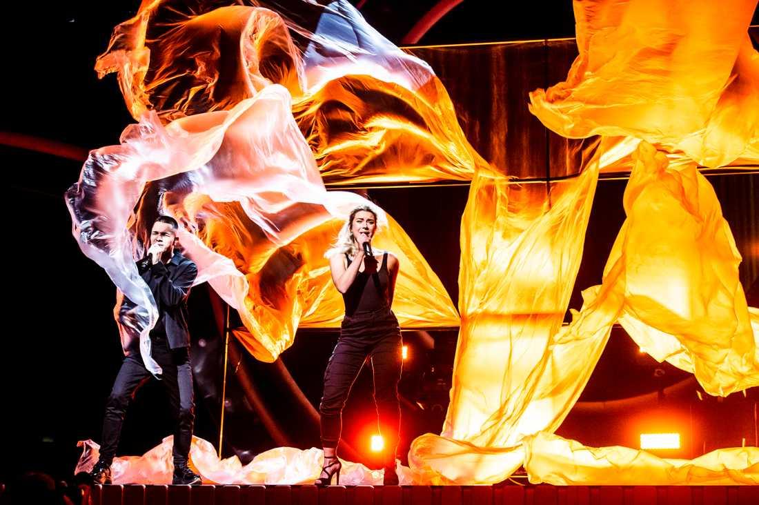 Liamoo och Hanna Ferm på Melodifestival-rep omgivna av plast.