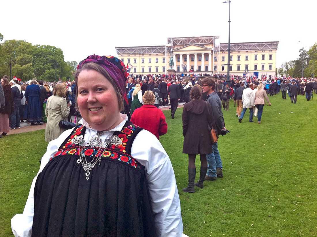"""""""Fler unga"""" Mari Solheim, 37, har på sig en dräkt från Hallingdal. """"Jag är inte här varje år, men just idag kändes det viktigt. Och det märkts att det är många fler ungdomar här idag än det brukar vara."""""""