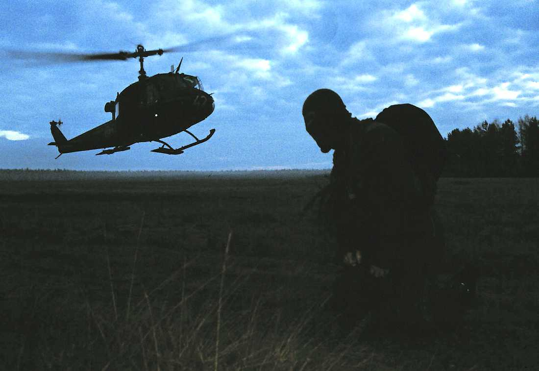 REKRYTERAS AV ELITSOLDATER Redan 2005 inleddes arbetet med att anställa FRA-personal med ansvar för att avlyssna det svenska folket. Rekryteringen sköttes av före detta SSG-soldater.