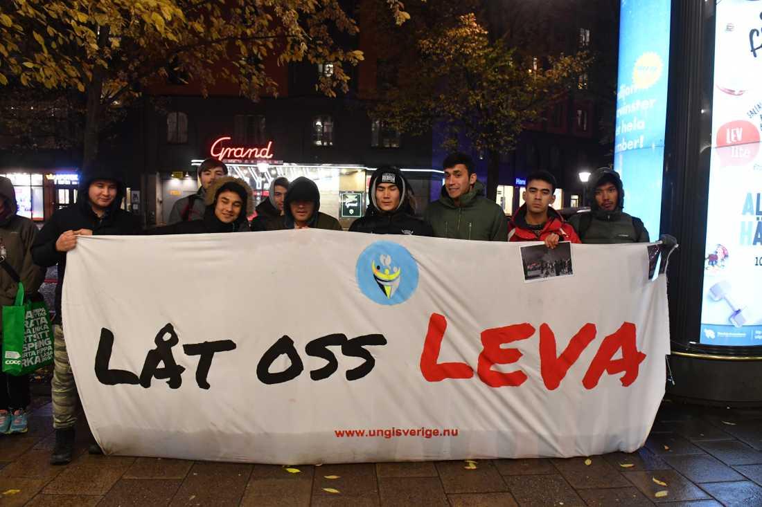 Afghanska ungdomar utanför Socialdemokraternas högkvarter i Stockholm.