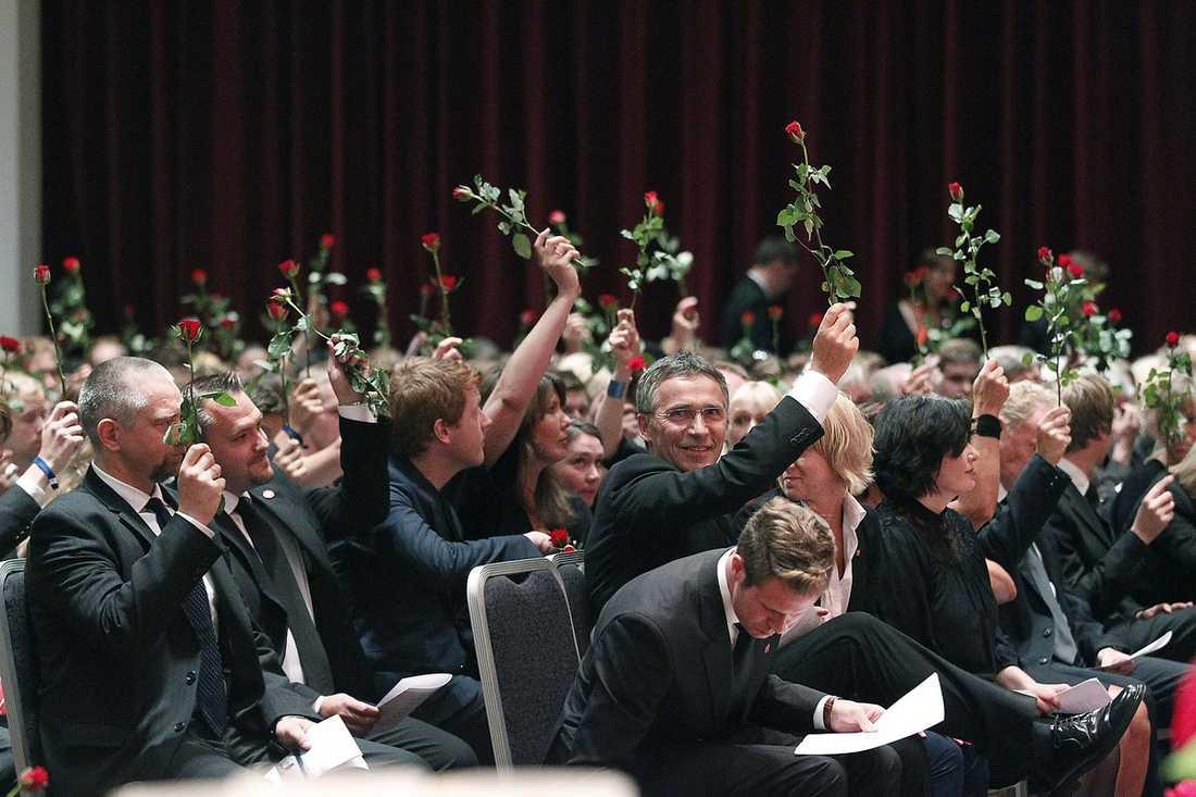 LYFTE ROSOR I stället för applåder hyllade publiken talarna under minnesstunden med varsin ros som de lyfte efter varje tal. Även Jens Stoltenberg lyfte sin ros.