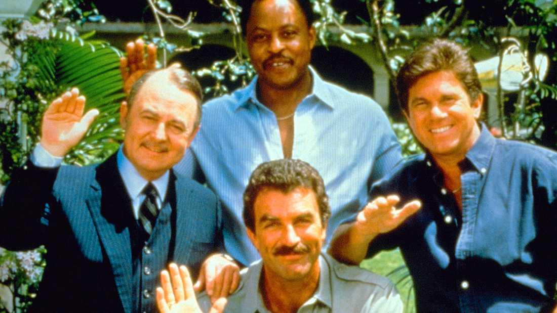 """""""Magnum""""-stjärnorna, Tom Selleck omgiven av fr v John Hillerman, Roger E Mosley och Larry Minetti."""