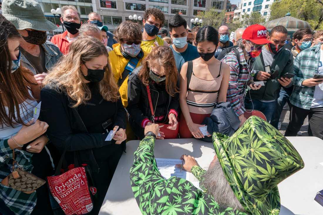 """Under parollen """"Joints for jabs"""" (ungefär joints för nålstick) delades marijuana ut i New York till personer som kunde visa upp vaccinationsintyg."""
