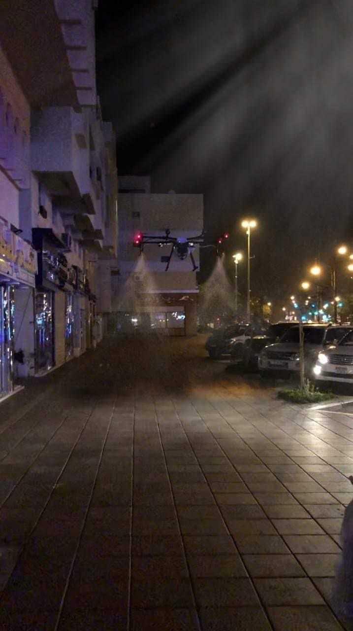 På nätterna saneras gatorna i Dubai, bland annat med hjälp av drönare.