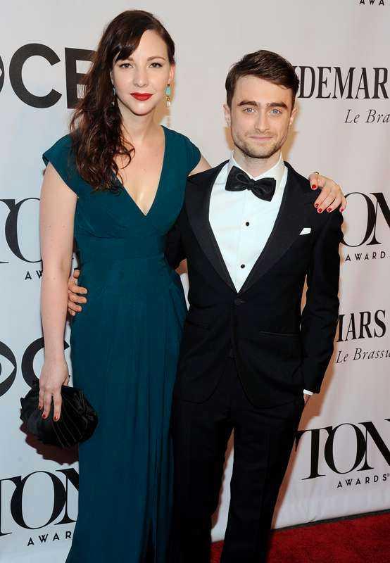 Radcliffe med flickvännen Erin Darke.