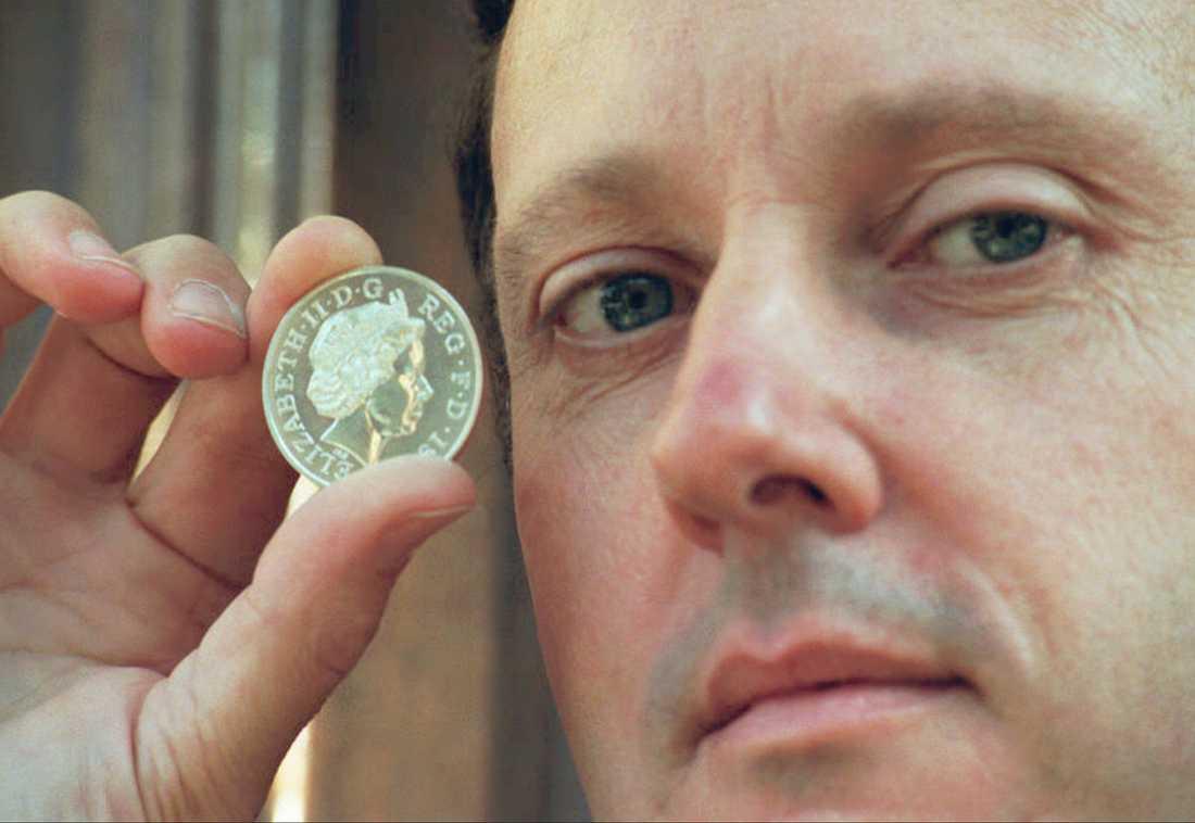 Skulptören Ian Rank-Broadley visar ett mynt med drottning Elizabeth 1997. Nu ska han skapa en staty av prinsessan Diana. Arkivbild.