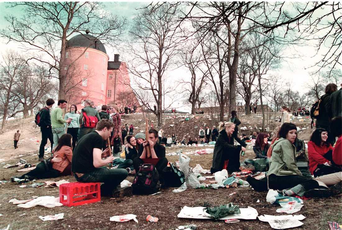 Valborg och andra ungdomsfester som studentfirandet oroar både regeringen, polisen och Sveriges kommuner.