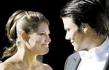 Det lyckliga paret Kronprinsessan Victoria och Daniel Westling planerar i dag att eklatera sin förlovning. Nästa året vankas det bröllop.