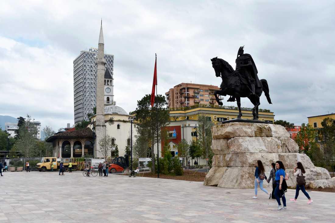 Medeltida nationalhjälten Skanderbeg står staty i centrala Tirana i Albanien.