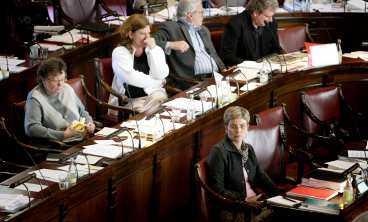 debatt i kommunfullmäktige i Stockholms stadshus. Annika Billström med partikamraten – och antagonisten – Elisabeth Brandt Ygeman bakom sig (i vit kofta).