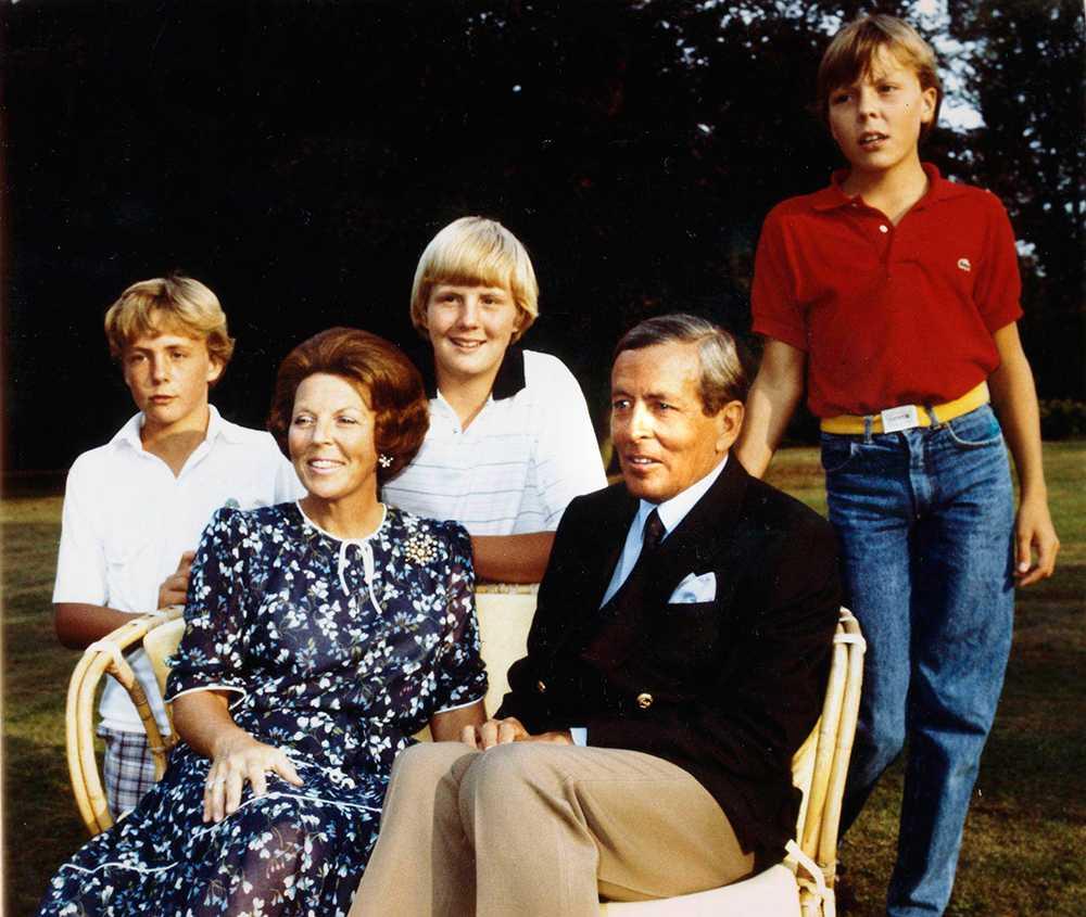 Sittande från vänster: Drottning Beatrix och maken Prins Claus. Bakom står kungabarnen, från vänster: Johan Friso, Willem–Alexander och Constantijn.