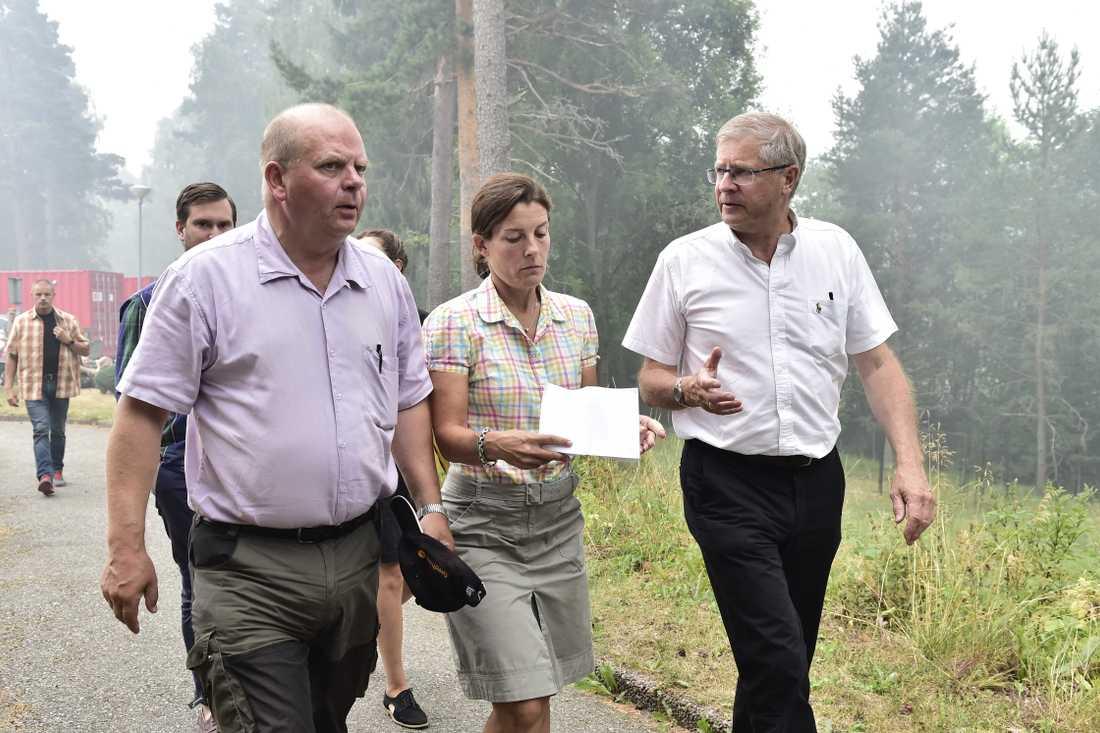 Landsbygdsminister Eskil Erlandsson (C) och försvarsminister Karin Enström (M) på plats i det drabbade området.
