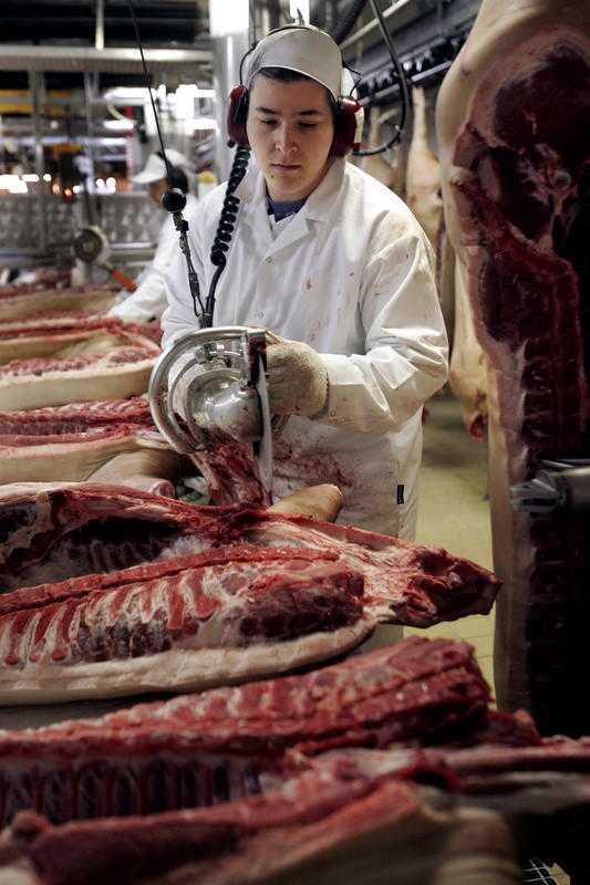 Tre av fyra män och varannan kvinna i Sverige äter mer än Livsmedelsverkets rekommenderade mängd av rött kött och charkprodukter i veckan.