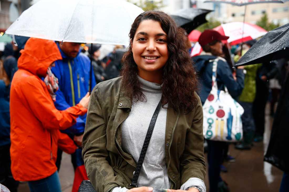 Helin, 22, Stockholm. – Vi vill visa vårt stöd för flyktingarna, visa att det finns motkrafter till de främlingsfientliga strömningarna. Efter bilden på den lille pojken har det svängt. De som flyr har en anledning och vi vill att det ska finnas bättre vägar för dem.