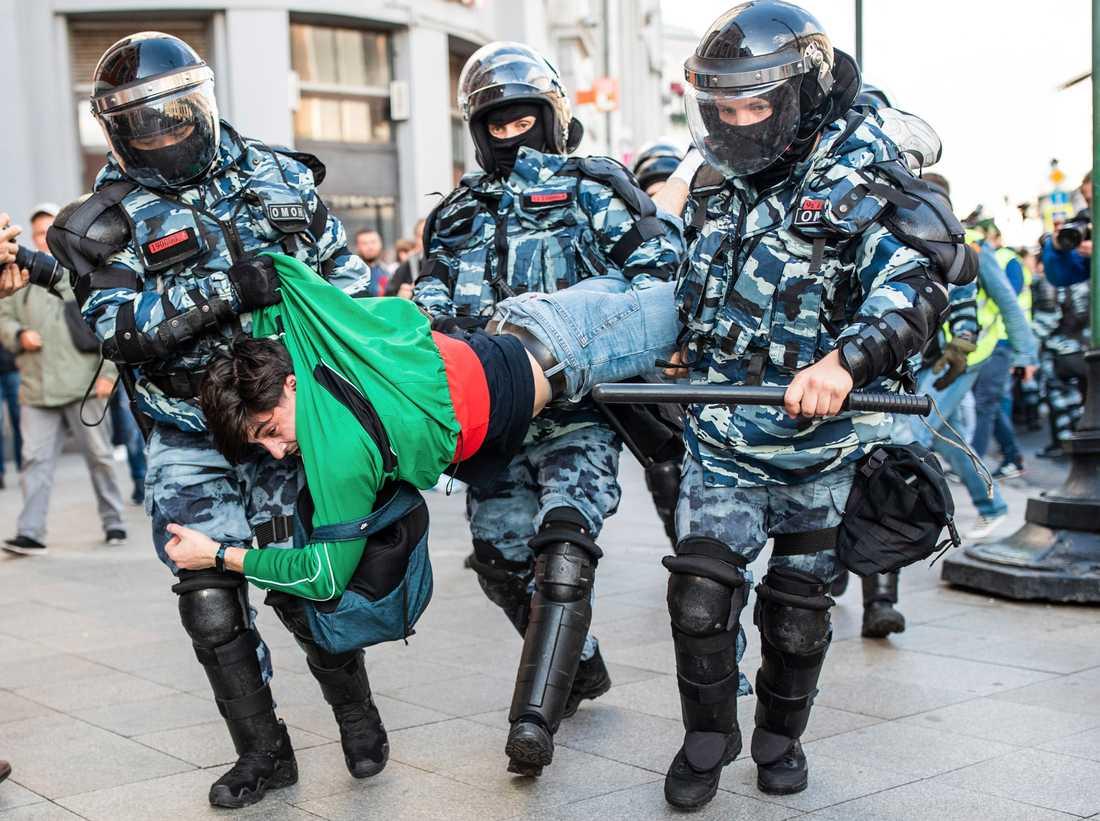 En man bärs bort av kravallpolis under en demonstration den 10 augusti i Moskva.