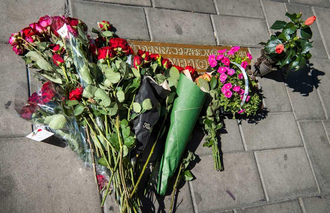Blommor vid platsen där statsminister Olof Palme mördades på Sveavägen. Bild från 10 juni 2020.