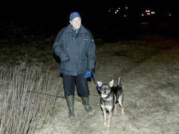 Missade de döda Hunden Vira nosade ivrigt och ville in i skogen. Men husse, Rune Norrman, 66, drog i kopplet och de gick därifrån. Han anade inte att de var bara några meter från två döda kroppar.