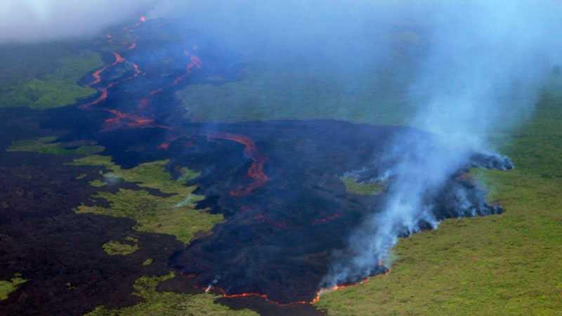 Rök strömmar ut ur vulkanen Cerro Azul på Isabela island, en av Galápagosöarna.