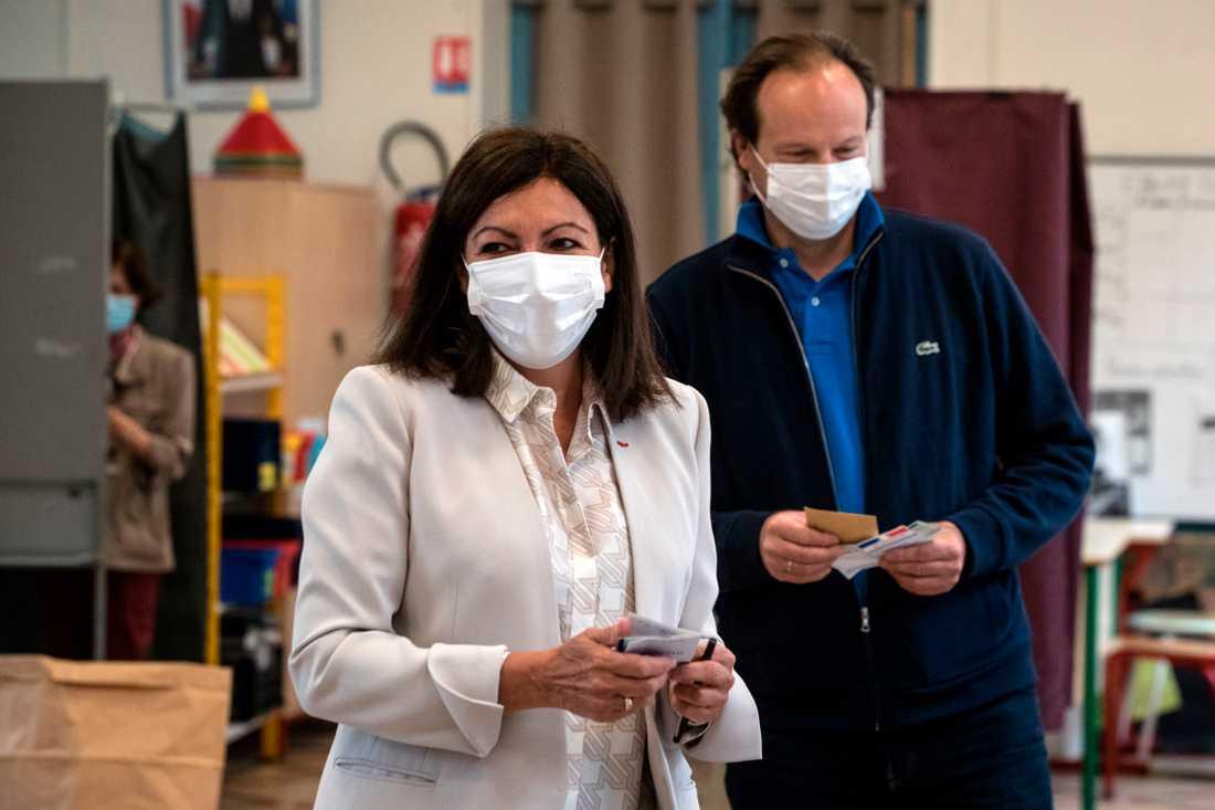 Överborgmästaren Anne Hidalgo vid en vallokal på söndagsförmiddagen. Munskydd är obligatoriskt för alla som vill gå och rösta.