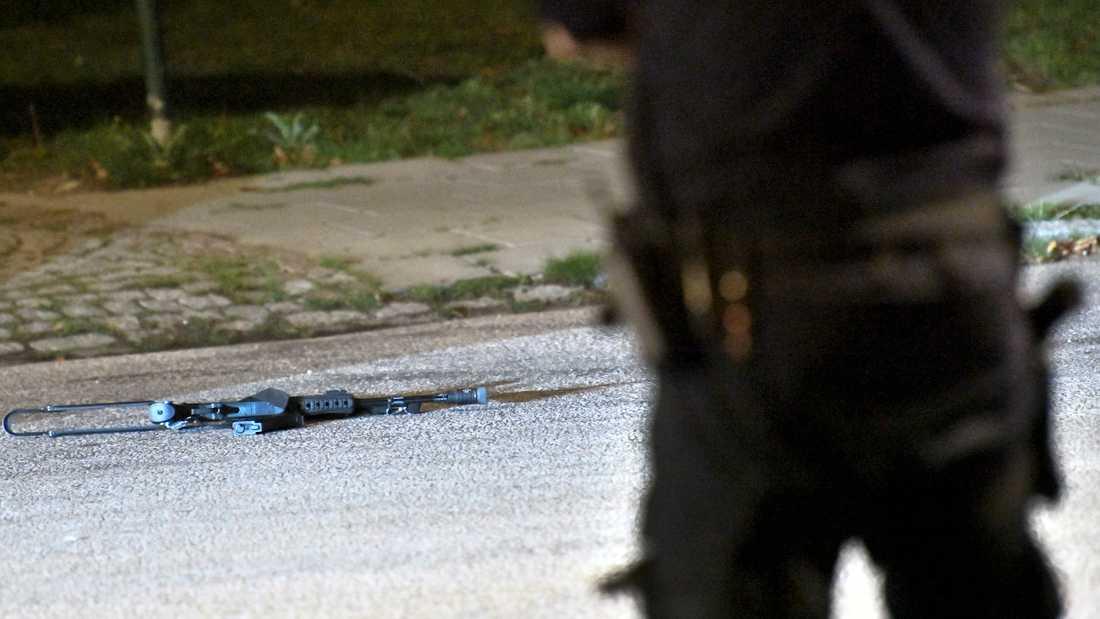 Ett vapenliknande föremål låg kvar på marken efter den dramatiska polisinsatsen i Malmö.