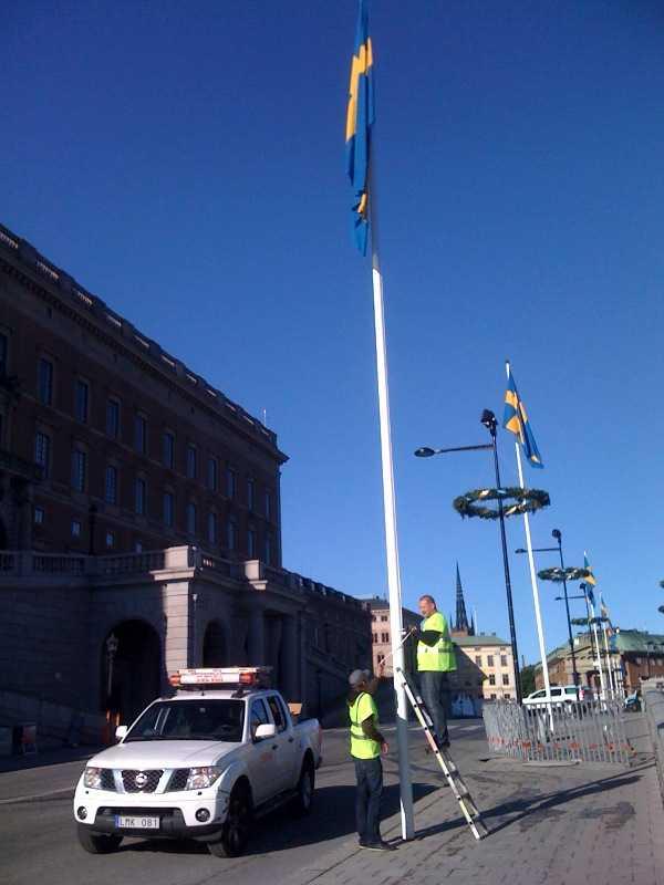Flaggan hissas utanför Slottet.