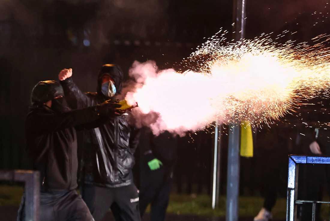 För sjunde natten i rad är det konflikter på gatorna i Belfast i Nordirland.