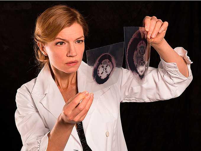 """Cecilia Frode som Rosalind Franklin i """"Fotografi 51""""."""