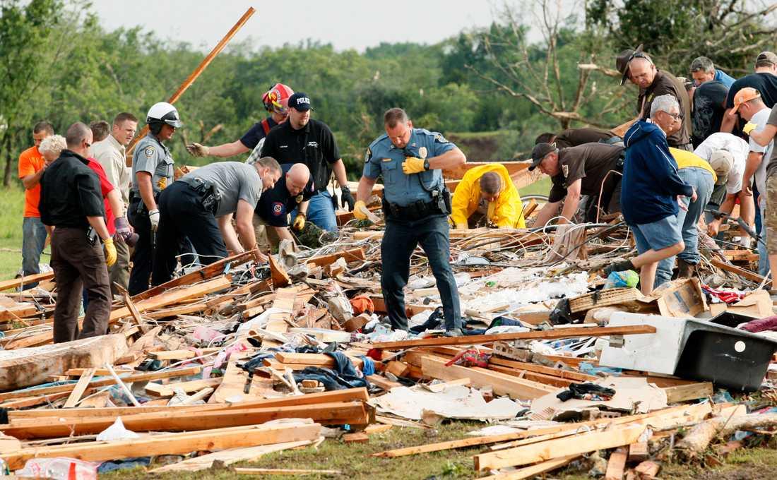 Räddningsarbetare och frivilliga söker efter överlevande i staden Piedmont, Oklahoma.
