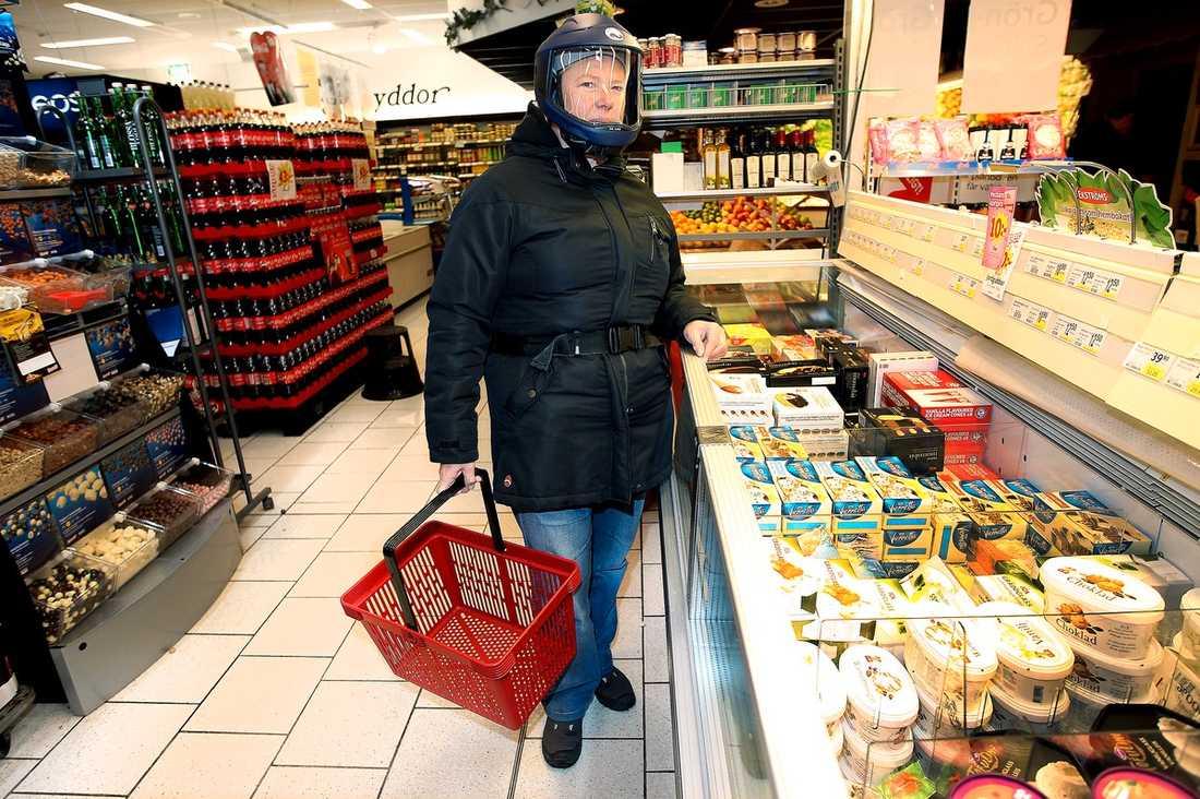 LUKTSKYDD Lena Nilsson är ovanligt känslig för dofter. Så här års när luktljus och hyacinter finns i affärerna bär Lena en mask, annars får hon svårt att andas.   Namn: Lena Nilsson.  Bor: Österbybruk.  Ålder: 52.  Familj: Två vuxna barn, Tomas, Sven, 25, samt make Peter.  Yrke: Tidigare röntgensjuksköterska. Nu arbetssökande.