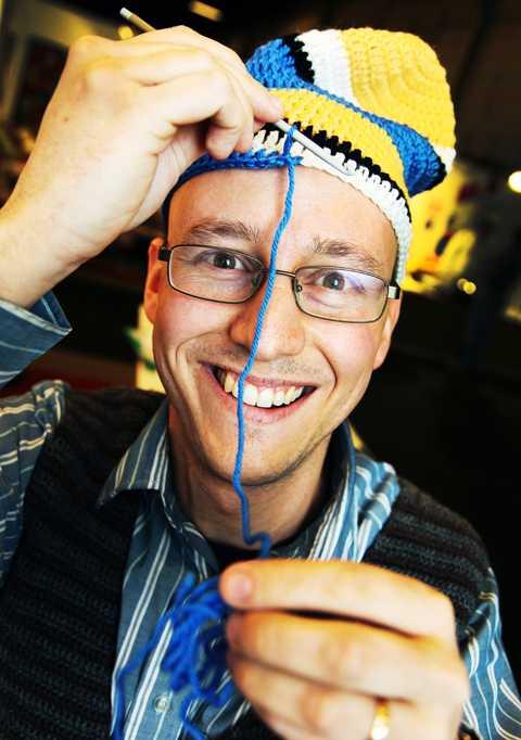 """""""Virka lika hårt"""" Johan Bursell är virkningsentusiast och syslöjdslärare. Har ger Aftonbladets läsare sina bästa tips för att virka den stekheta OS-mössan: """"Virka lika hårt hela vägen. Annars kan mössan bli ojämn"""", säger han."""