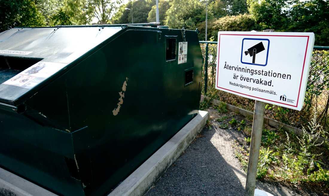 En skylt informerar om att  den här återvinningsstationen i Lomma är övervakad.