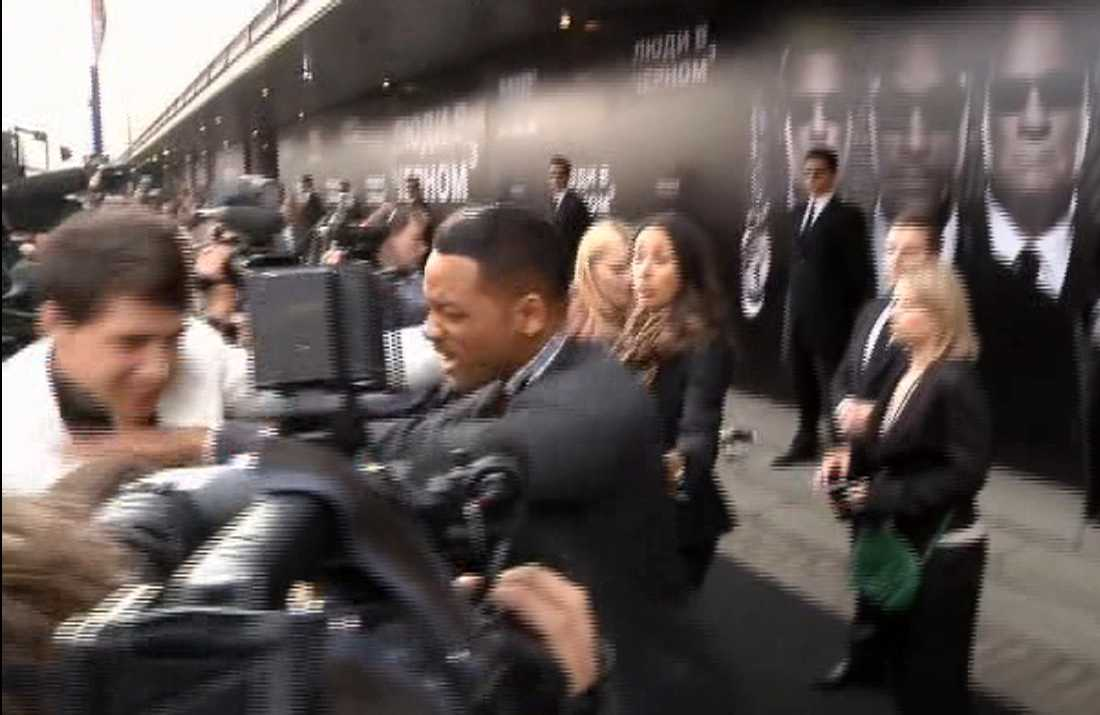 "Will Smith föser undan  Vitalii Sediuk  vid premiären av ""Men in Black III""  2012 i Moskva."