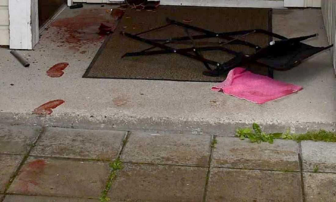 Fotspår i blod utanför bostaden där misshandeln startade.