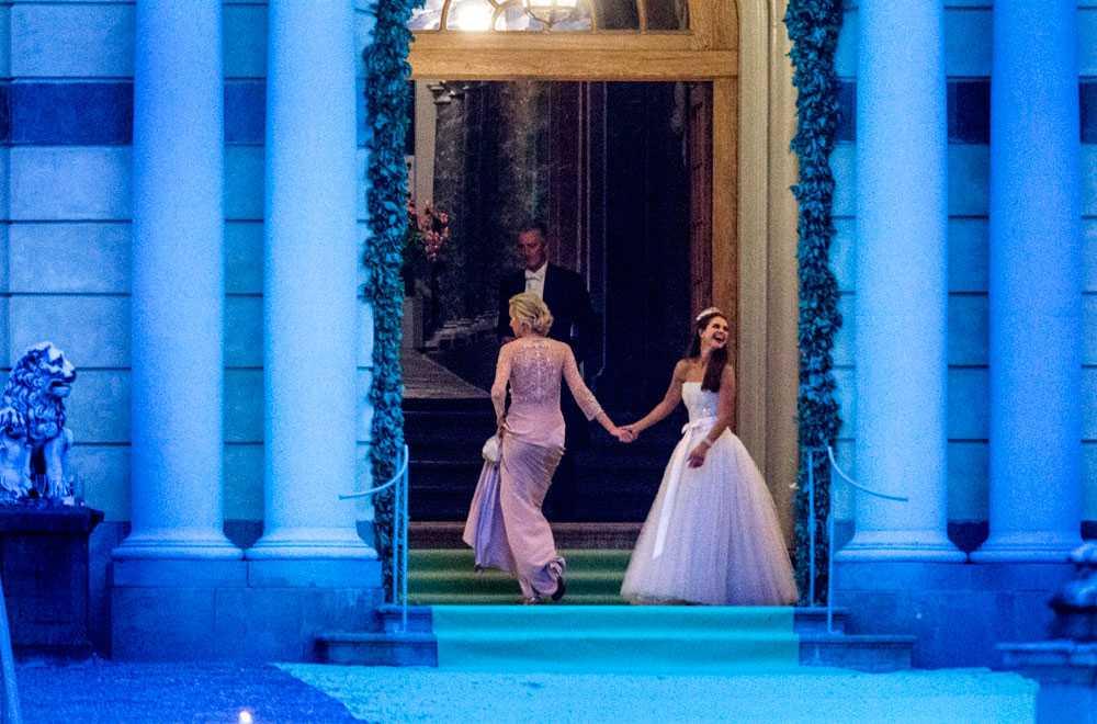 NICLAS HAMMARSTRÖM Prinsessan Madeleine skiner av lycka när hon förs in på Drottningholmslott. Kungligheter från hela Europa festade hela natten efter Madeleine och Chris bröllop.
