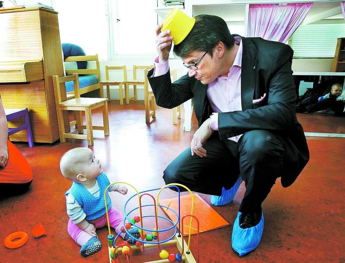 är jag skojig nu? Socialminister Göran Hägglund gjorde sitt bästa för att charma fem månader gamla Henny Halldin på öppna förskolan.