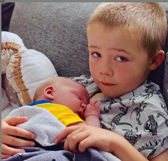 Justus och nyfödde systern Elvira.