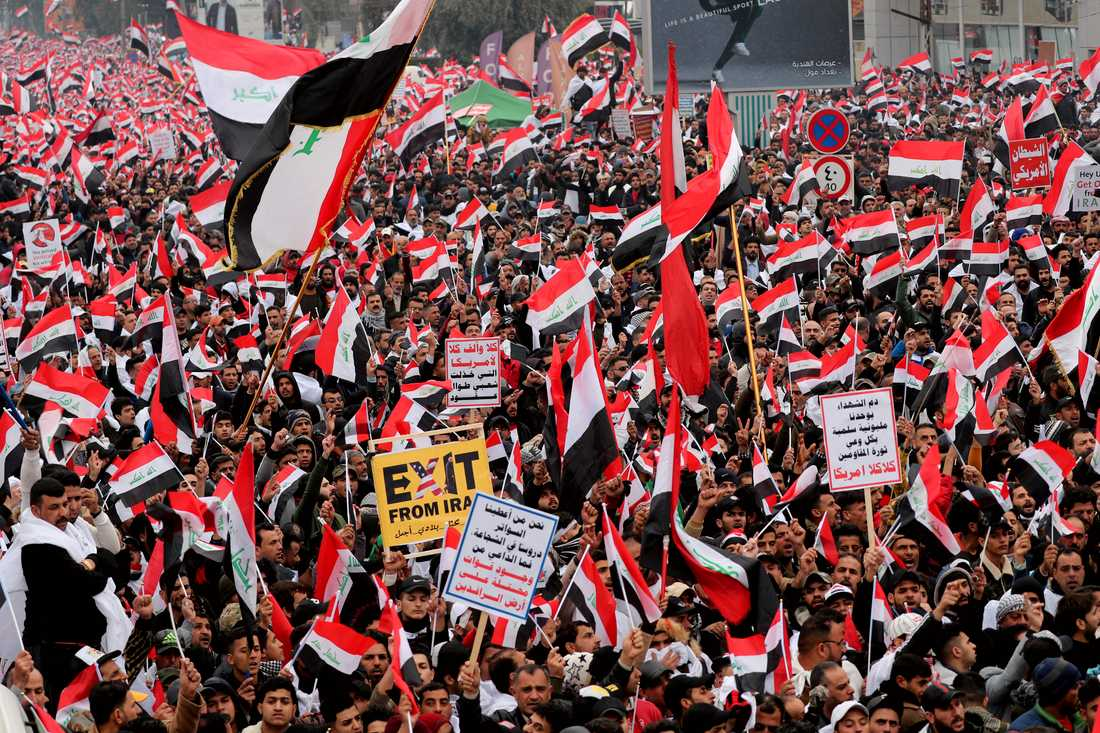 Tusentals människor demonstrerar mot USA i Iraks huvudstad Bagdad.