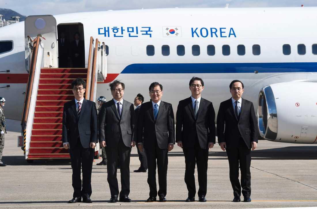 Den sydkoreanska delegationen på väg mot Nordkorea.