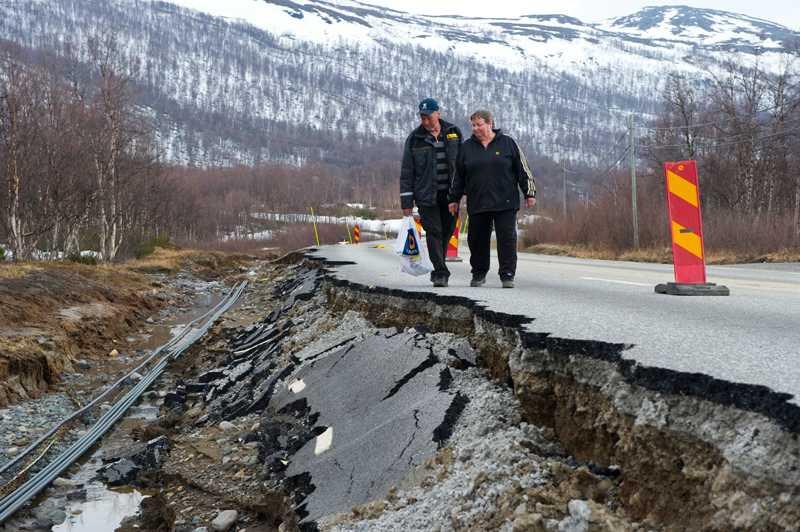 Familjen Hennström från Vännäsby i Västerbotten inspekterar skadorna.