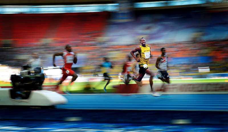 18 AUGUSTI, MOSKVA I RYSSLAND Ohotad segrare. Usain Bolt drar förbi alla andra under semifinalen på 200 meter. Guldet firar han nästa dag som han brukar - genom att låna Sportbladets Jimmy Wixtröms kamera för att föreviga segern.